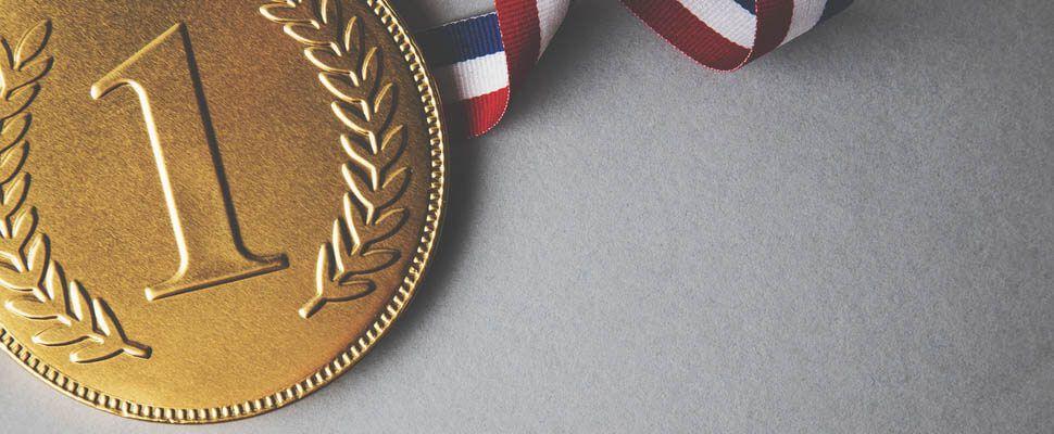1と書かれた金メダルの画像